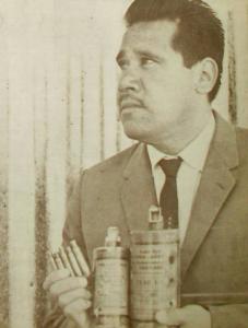 Obrero con lacrimogenas utilizadas en la matanza