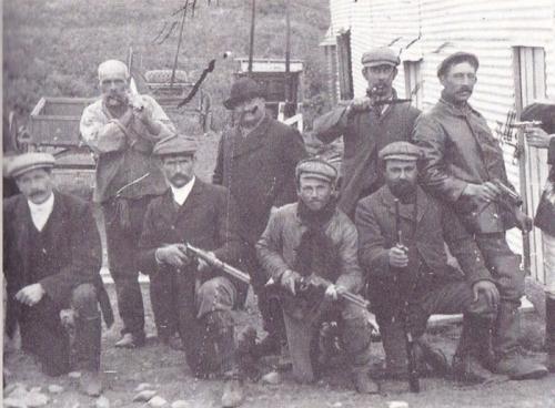 """Grupo de """"cazadores de indios"""" de una de las estancias de Tierra del Fuego (Instituto Patagonia). Foto: Gentileza Editorial Catalonia"""