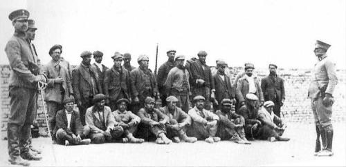 Jornaleros chilenos tomados presos por el Ejército argentino en las huelgas de 1921. Foto: Gentileza Editorial Catalonia