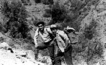 INTI Peredo (izq.), que intentó reorganizar el ELN de Bolivia, estuvo clandestinamente en Chile. En la foto con Arnoldo Camú (der.), ejercitándose en el Cajón del Maipo.