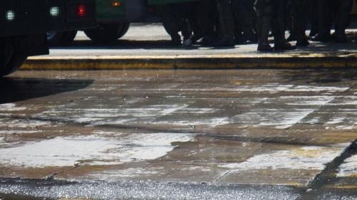 """Así queda el cemento de la alameda luego de recibir el agua del guanaco hoy día 22-10-2014 ¿a lo menos """"RARO""""? ¿Qué es la sustancia blanca?"""