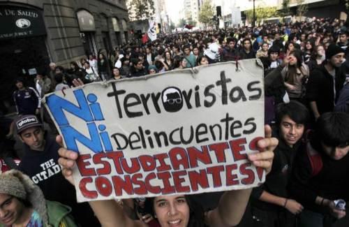 ESTUDIANTES CHILENOS SE MOVILIZAN EN MASA POR UNA MEJOR EDUCACIÓN
