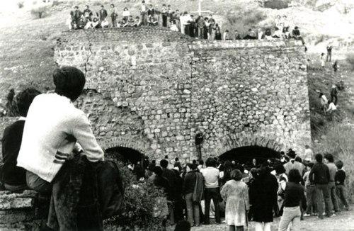 Quince cadáveres fueron encontrados en 1978 en los hornos de Lonquén: todos eran de detenidos desaparecidos, cuya existencia hasta ese momento era negada. Fundación Documentación y Archivo de la Vicaría de la Solidaridad.