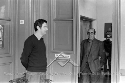 El sacerdote Cristián Precht lideró la Vicaría desde su fundación hasta marzo de 1979, cuando fue reemplazado por el sacerdote Juan de Castro (ambos en la foto). Fundación Documentación y Archivo de la Vicaría de la Solidaridad.