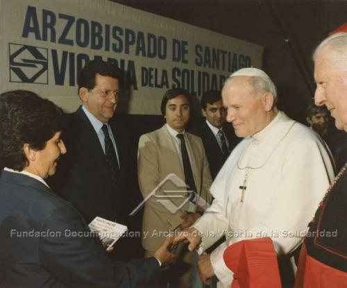 El Papa Juan Pablo II saluda a Sola Sierra, quien lideró la Agrupación de Familiares de Detenidos Desaparecidos. Fundación Documentación y Archivo de la Vicaría de la Solidaridad.