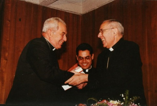 Monseñor Sergio Valech, el último vicario de la Solidaridad, con el arzobispo Carlos Oviedo. Fundación Documentación y Archivo de la Vicaría de la Solidaridad.