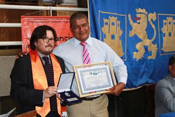 """Yelpi entrega premio """"Nelson Mandela"""" a ex alcalde de Arica. (Fuente: Blog Cedepu)"""