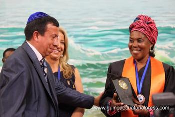 Manuel Santis y M. Teresa González entregan doctorado a la primera dama