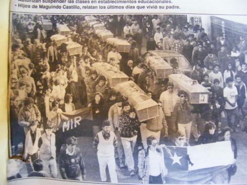 Miércoles 1 de agosto de 1990. Funerales de los ejecutados políticos de Copiapó. asesinados por la Carvana de la Muerte. Ataúd de mi hermano Adolfo, lo llevan mi sobrino Jaime Palleras, su hijo y Jaime González, mi hijo.