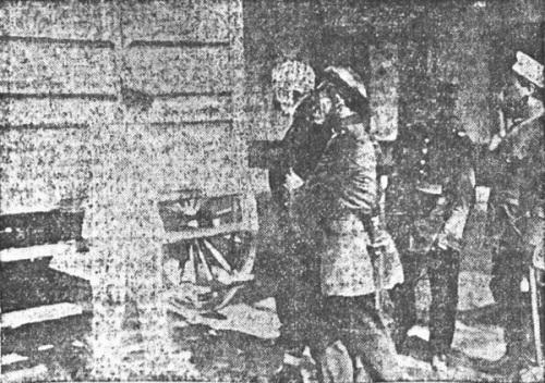 Con la cabeza vendada, Antonio es conducido por soldados luego del atentado al asesino. El Mercurio, 15 de diciembre de 1914.