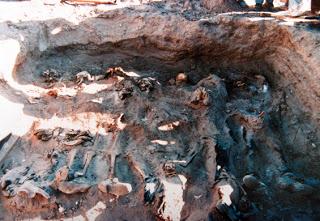 La Caravana de la Muerte es la comitiva militar que partió el 30 de septiembre de 1973, luego del Golpe de Estado, recorriendo el sur y norte de Chile en un viaje de exterminio que cobró 96 víctimas. La misión fue ordenada por Augusto Pinochet y quedo a cargo de Sergio Arellano Stark, uno de los más importantes militares conspiradores del Golpe de Estado. Linares 4 víctimas, Valdivia 12, Cauquenes 4, Curicó 2, La Serena 15, Copiapó 16, Antofagasta 14, Calama 26 y Arica 3. Foto Exhumación Copiapó