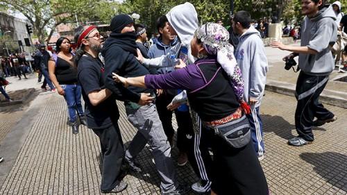 Activistas mapuches discuten entre ellos durante una protesta contra el Día de Colón en Santiago de Chile. / Ivan Alvarado / Reuters