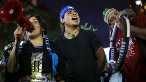 Manifestantes mapuches exigen justicia en Santiago de Chile para su comunidad, que se respeten sus derechos y la posesión de los territorios. / Ivan Alvarado / Reuters