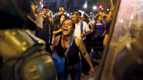 Una mujer mapuche le grita a un efectivo policial durante una manifestación para conmemorar el aniversario de la muerte de Matías Catrileo, de 22 años, asesinado durante enfrentamientos con la Policía del sur de Chile. / Ivan Alvarado / Reuters