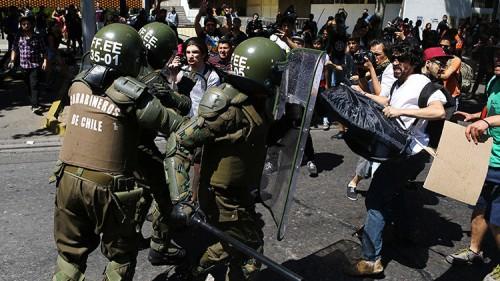 Enfrentamiento entre los Carabineros de Chile y activistas del pueblo mapuche. / Ivan Alvarado / Reuters