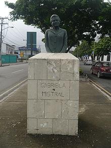 Busto de Gabriela Mistral en Guayaquil, Ecuador.