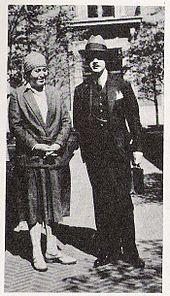 Gabriela Mistral con el muralista colombiano Santiago Martínez Delgado, en 1930.